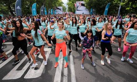 Más de 3 mil mujeres se tomaron la calle para bailar y quemar calorías