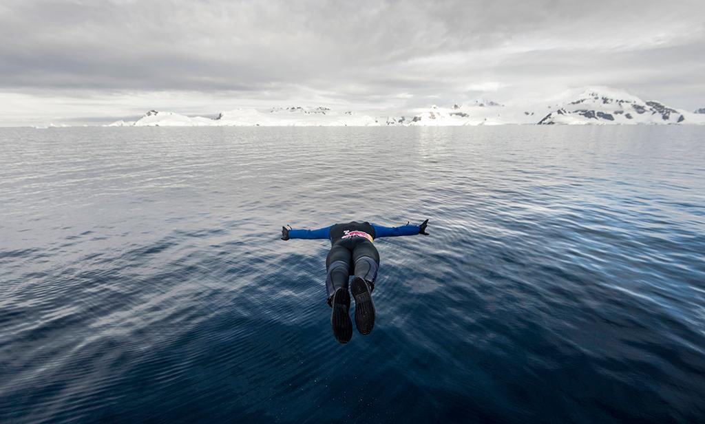 El impresionante clavado de Orlando Duque en las frías aguas de la Antártica